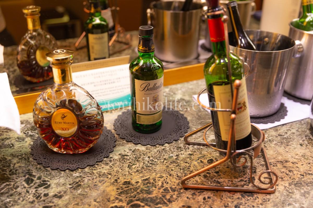 大韓航空ラウンジのバーカウンターに並ぶお酒