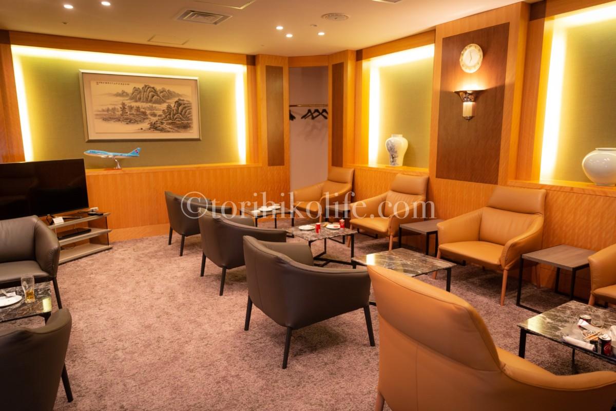 大韓航空ラウンジファーストクラス専用ルームの内部の様子。ソファーやクロークの様子がわかる