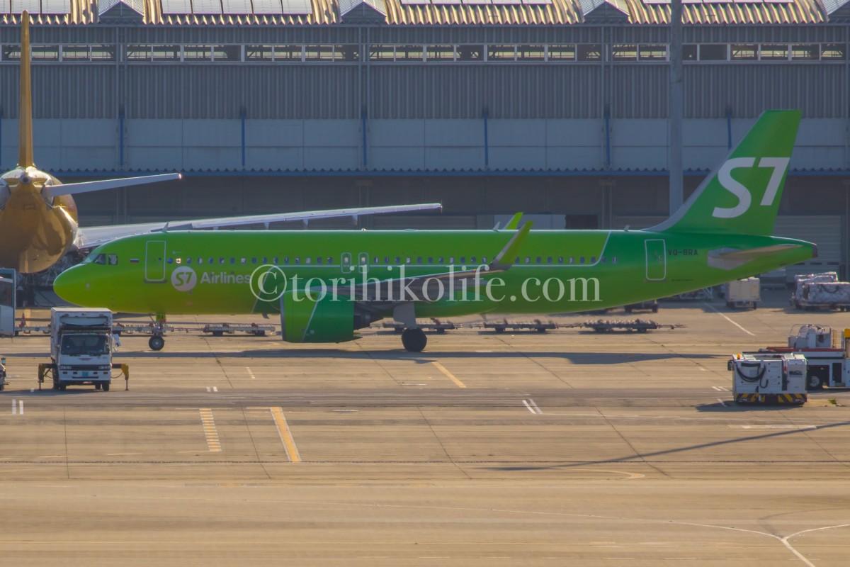4階南側から撮影したB滑走路から第1ターミナルへタキシングする飛行機の様子
