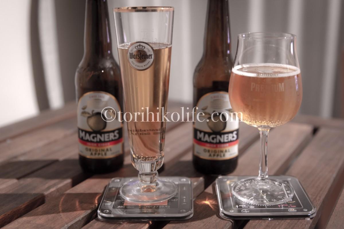 計器コースターの上にビールグラスと、奥にはビールのボトルが並んでいる