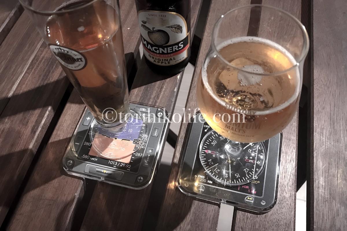 ビールグラスがセットされた計器コースター