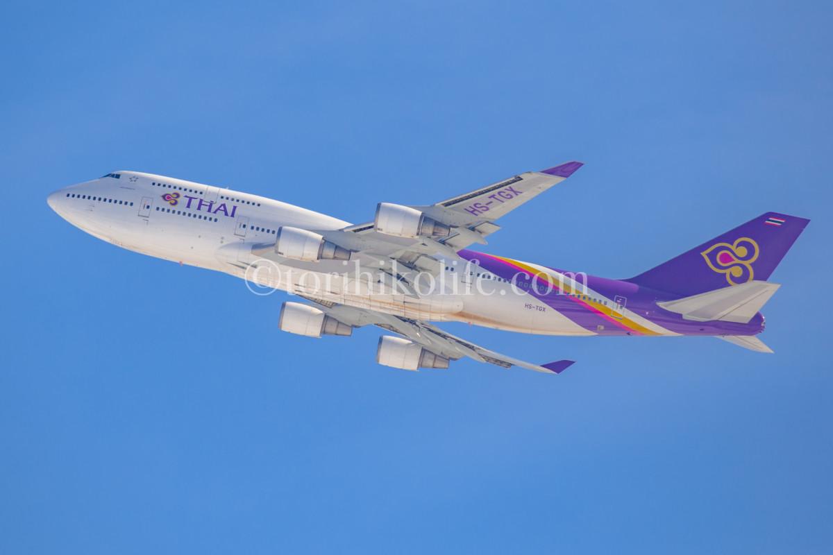 新千歳空港を離陸したタイの747。雪レフでお腹に光が当たっている